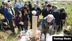 지난 2012년 10월 일본인 성묘 방문단이 평양시 외곽 지역의 일본인 묘를 방문했다고, 조선중앙통신이 보도했다. (자료사진)
