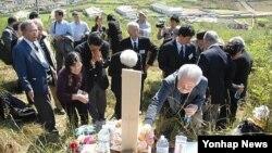 지난해 10월 일본인 성묘 방문단이 평양시 외곽 지역의 일본인 묘를 찾았다. (자료사진)