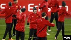 Para pemain MU, ketika berlatih di Basel baru-baru ini. MU bersaing dengan Manchester City di peringkat teratas Liga Inggris (foto:dok).
