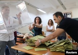 Funcionarios electorales abren una para contar los votos en un puesto de votación en una escuela durante las elecciones en Estambul, Turquía, el 24 de junio de 2018. REUTERS / Goran Tomasevic.
