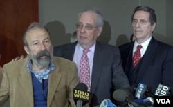 """""""华尔街铜牛""""作者意大利艺术家阿图罗·迪·莫迪卡和他的律师西格尔和海曼在纽约举行记者会(美国之音章真拍摄)"""