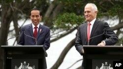 Presiden Joko Widodo dan PM Australia Malcolm Turnbull memberikan konferensi pers bersama di Sydney, Australia, Minggu (26/2).