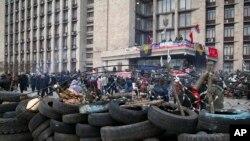 Gradjani se okupljaju ispred barikada ispred zgrade regionalne administracije u Donjecku,9. april, 2014.