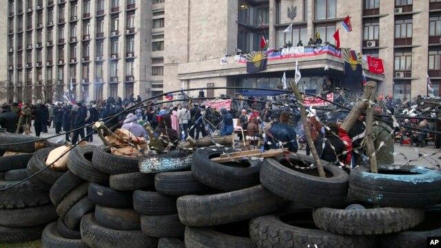 Người biểu tình thân Nga dựng rào chắn phòng thủ trước một tòa nhà chính quyền ở Donetsk, Ukraine 8/4/14