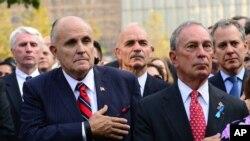 Bivši gradonačelnik Njujorka Rudi Djulijani i sadašnji gradonačelnik Majkl Blumberg prisustvuju komemoraciji za žrtve 11. septembra 2001.