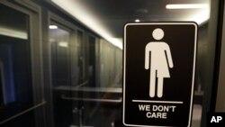 Quyết định sử dụng nhà vệ sinh phù hợp với nhận dạng giới tính không thuộc cấp quản lý của chính phủ liên bang.