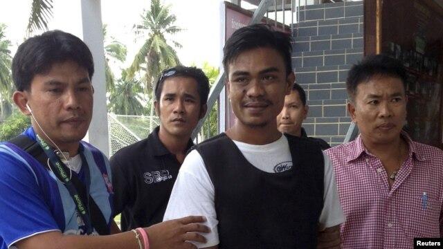 Seorang warga Thailand, Ekkapan Kaewkla (tengah), 26,  dalam pengawalan ketat Polisi Thailand (2/1). Kaewkla ditangkap karena terlibat insiden penembakan yang menewaskan wisatawan Inggris Stephen David Ashton, saat malam tahun baru di pulau Koh Phangan, selatan Thailand.