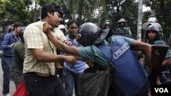Para aktivis Bangladesh bentrok dengan pasukan keamanan saat melakukan pemogokan umum 6 jam di ibukota Dhaka (3/7).