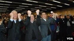 香港和平佔中三位發起人(左起)朱耀明、戴耀廷、陳健民與支持者一同高舉公民抗命、自願被捕的手勢