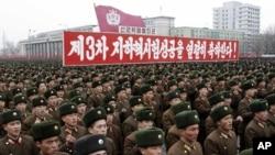 2013년 2월 북한이 평양에서 3차 핵실험 성공을 자축하는 대규모 군중대회를 열고 있다.
