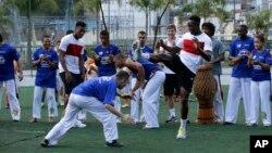 Tanto Sturridge y Welbeck realizaron una sesión de capoeira, un arte marcial brasileño que combina elementos de danza, acrobacias y música.