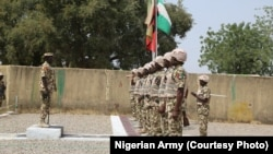 Babban hafsan sojojin kasa na Najeriya, Janar Tukur Buratai, yana duba fareti a lokacin kaddamar da baburan da sojoji za su rika shiga daji da su wajen yakar 'yan Boko Haram