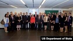 عکس گروهی جان کری و دیگر اعضای هیئت مذاکره کننده آمریکا پس از اعلام توافق جامع اتمی با ایران - ۱۴ ژوئیه ۲۰۱۵