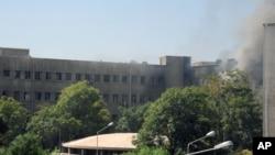 叙利亚官方新闻机构发表的照片显示大马士革军队指挥部升起硝烟
