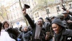 Masu zanga zanga a kofar ofishin dakadancin Ivory Coast dake birnin Paris, 04 Dec 2010