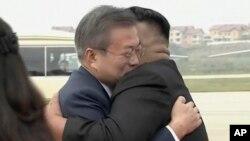 Moon Jae-in, à gauche, donnant l'accolade à Kim Jong Un à son arrivée à Pyongyang, en Corée du nord, le 18 septembre 2018.