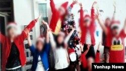 한국 MBC 방송이 단독입수했다며 보도한 라오스에서 추방돼 재북송된 탈북 청소년 9명의 지난해 성탄이브 당시 모습.