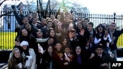 Участники программы обмена учащимися между США и Бразилией перед Белым домом в США