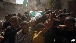Warga Palestina memakamkan korban serangan udara Israel di Gaza akhir bulan lalu (foto: dok).
