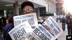 Фото: 8 листопада 2000 року. Заголовки газет віддзеркалюють напругу після президентської гонки між Альбертом Гором та Джорджем Бушем молодшим