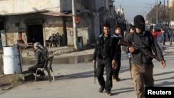 Tentara Pembebasan Suriah melakukan patroli untuk menjaga agar anggota kelompok Islam Irak terkait al-Qaida dan Levant (ISIL) tidak memasuki wilayah Masaken Hanano di Aleppo (7/1).