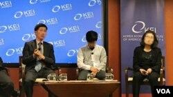 말레이시아 파견 노동자 출신의 탈북자 이철호 씨(왼쪽) 가 2일 미국 워싱턴에서 열린 토론회에서 증언하고 있다.