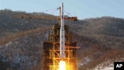 Ảnh trích từ video của thông tấn xã nhà nước Bắc Triều Tiên ghi lại vụ phóng tên lửa Unha-3 tại bệ phóng vệ tinh ở bờ biển miền Tây của Bắc Triều Tiên, trong quận Cholsan, tỉnh Bắc Pyongang, ngày 12/12/2012.