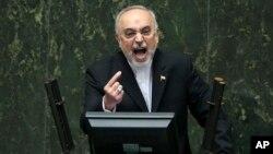 Kepala badan energi atom Iran, Ali Akbar Salehi berbicara di depan parlemen untuk menjelaskan kesepakatan nuklir Iran, di Teheran (11/10).