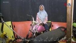 موت کے کنویں میں موٹر سائیکل چلانے والی حجابی لڑکی