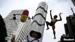 Un athlète vêtu d'un costume représentant la flamme olympique de Rio 2016, décoré d'un masque représentant le visage d'Usain Bolt de la Jamaïque à Sao Paulo , Brésil, 31 décembre 2015.REUTERS/Nacho Doce - RTX20MPG