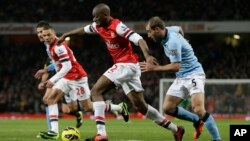 Aboud Diaby de l'Arsenal amorce une attque lors d'un match de football de Premier League anglaise au stade Emirates à Londres, le 13 janvier 2013