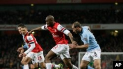 Abou Diaby courant avec la balle lors d'un match de la Premier League à l'Emirates Stadium de Londres, le samedi 13 janvier 2013.(AP Photo/Alastair Grant)