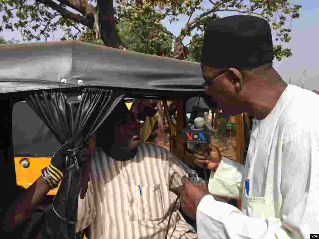 VOA Hausa reporter Ibrahim Ahmed interviews local residents in the nothern Nigerian city of Kaduna, February 2015.