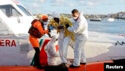 Seorang migran diselamatkan di pelabuhan Lampedusa, Italia. (Foto: Dok)