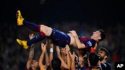 Lionel Messi, transporté par ses co-équipers de FC Barcelone après un but, le 22 novembre 2014