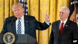 Le président Donald Trump et le vice-président Mike Pence, à droite, parle lors du sermet des employés de la Maison-Blanche, le 22 janvier 2017.