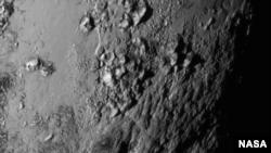 រូបថតដែលបានថតជិតទៅនឹងខ្សែអេក្វាទ័ររបស់ភព Pluto ធ្វើឲ្យមានការភ្ញាក់ផ្អើលយ៉ាងខ្លាំង ដោយសារវាបានបង្ហាញឲ្យឃើញមានជួរភ្នំក្មេងៗជាច្រើន។