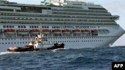 Más de 4,000 pasajeros se encuentran a bordo del crucero desde el domingo están a la espera de ser rescatados.