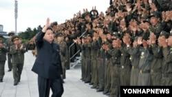 평양 만수대언덕에서 조선인민내무군에게 손을 흔드는 김정은 국방위원회 제1위원장.