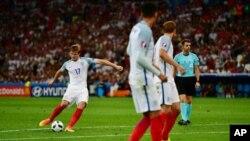 بازیکن شماره ۱۷ انگلستان که با ضربۀ آزاد زیبا نخستین گول را به ثمر رساند