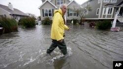 29일 허리케인 샌디가 미국 동부로 접근하는 가운데, 델라웨어주 펜윅에서 물이 넘친 거리.