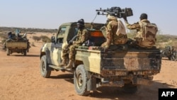 Des militaires maliens en patrouille mixte avec des membres des Gatia et MSA autour de Ménaka, le 19 avril 2017.