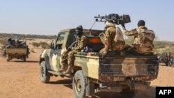 Des militaires maliens en patrouille mixte avec des membres des Gatia et MSA autour de Menaka, le 19 avril 2017