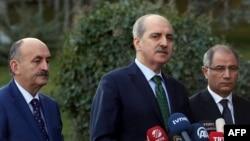 Le vice-Premier ministre turc Numan Kurtulmus, au centre, fait une déclaration aux côtés du ministre turc de l'Intérieur Efkan Ala, à droite, et du ministre de la Santé turc, Mehmet Muezzinoglu, à gauche, après une réunion de sécurité au Palais Cankaya à Ankara, Turquie, 12 janvier 2016.