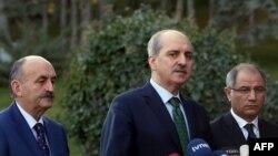Le vice-premier ministre turc Numan Kurtulmus flanqué du ministre de l'Intérieur Efkan Ala (à droite) et celui de la Santé, Mehmet Muezzinoglu (à gauche), lors d'une conférence de presse à Ankara, le 12 janvier 2016.