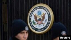Policías turcos custodian la embajada de EE.UU. en Ankara luego del atentado terrorista suicida contra la instalación.