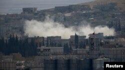 Pertempuran antara pejuang Kurdi dan militan ISIS terus berlangsung di kota Kobani, Suriah (8/10).