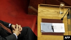 Grčki premijer Lukas Papademos prisustvuje sednici parlamenta sa kopijom budžeta