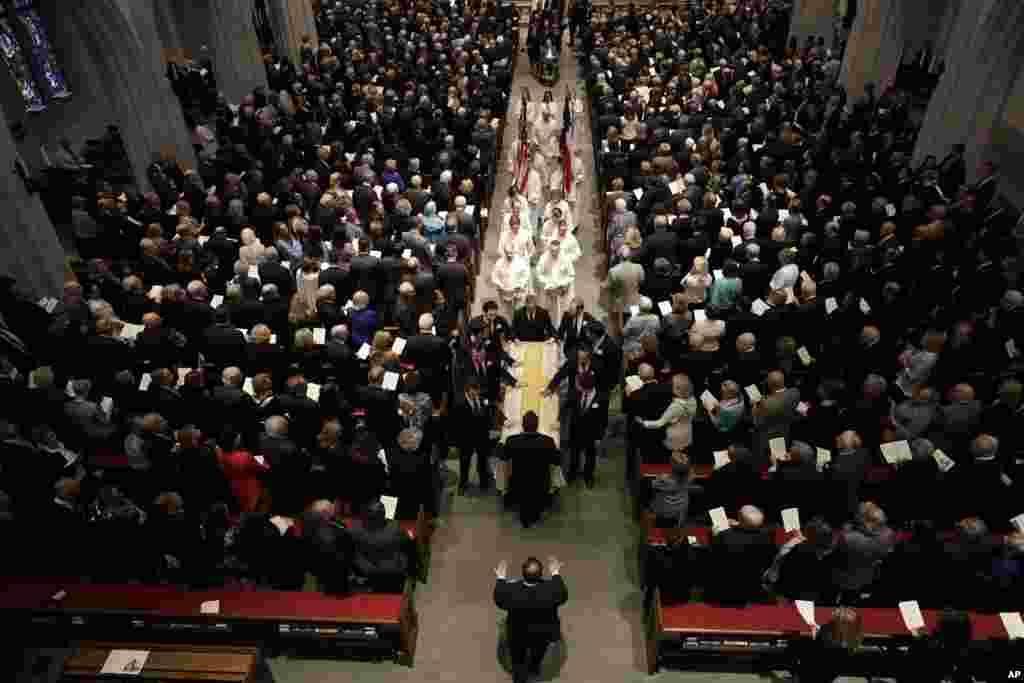 2018年4月21日,在前美国第一夫人芭芭拉·布什的葬礼上,她的灵柩被送入德克萨斯州休斯顿的圣马丁主教教堂。 布什夫人将被葬在距离休斯顿大约160公里的德克萨斯农工大学布什图书馆墓地,他们的女儿罗宾就葬在那里。1953年罗宾3岁时死于白血病。