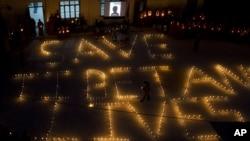 流亡藏人用烛光组成拯救藏人生命字样
